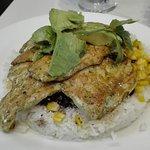pollo sobre cama de arroz con frijoles, maíz....