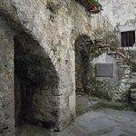 un corridoio esterno nel borgo
