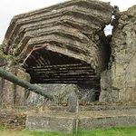 een bunker met originele kanon
