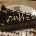 Truffi, mousse de chocolate com cobertura de chocolate. A massa tem uns pedacinhos crocantes.
