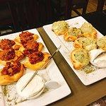 Porção de mini esfihas. Carne e queijo gorgonzola