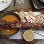 Κάνδαυλος: χοιρινό σουβλάκι με σούπα λαχανικών