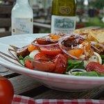 Miss Alice Tomatsallad med mozzarella. Lokala tomater, mozzarella marinerad i basilika & vitlöks