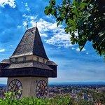 Mit Blick auf den Uhrturm