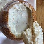 La famosa zuppa di vongole servita nel pane