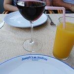Вкусное вино, сок и тарелки с индивидуальной надписью