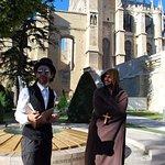 Les 2 guides-comédiens devant la cathédrale de Narbonne