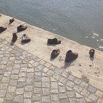 Foto van Schoenen op de Donau Promenade