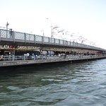 L a hilera de restaurantes que hay en el Puente Galata