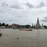 A wonderful place with a wonderful vista over Chao Phraya River and Wat Arun. Great food and dri