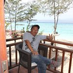 Nangkring di teras balkon salah satu bungalow Karma Resort