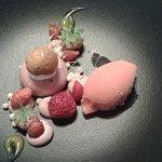 Palet de mousse rhubarbe et combava, déclinaison de fraises