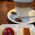 latte macchiato met 2 bonbons (amarenen en cranberry/honing)