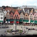 Φωτογραφία: Πλατεία της Αγοράς & Καμπαναριό της Μπριζ