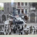 Fotoutstilling: stridsvogn mot demonstrantar i Praha 1968