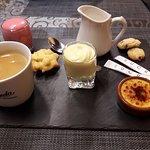 Café gourmand avec mousse fraise/passion et mousse au chocolat blanc (un délice).