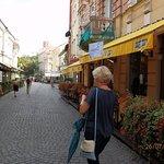Rua com esplanadas floridas