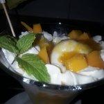 helado de vainilla con mangos frescos y coulis de mango