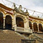 De prinselijke loge, en de ingang waar succesvolle stierenvechters de arena mogen verlaten