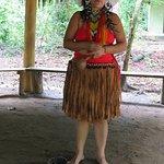 Maiara narra para os visitantes da Reserva a saga de seu povo.
