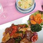 Rund, lam, kip en groenten in een pittig sausje