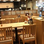 店内 4人掛けテーブル:10卓、2人掛けテーブル:1卓なのですぐに満席になります。