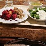 Pečená zelenina s řepou, halušky s tempehem (TOP!), salát s tzaziky zálivkou a hrášková pol. s m