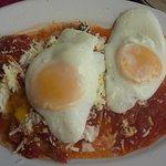 Chilaquiles rojos con huevo