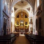 En el centro a media altura, el sepulcro de Sta.Teresa