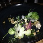Saumon mariné au Yuzushu, brocolis au sésame, brunoise de radis noir.
