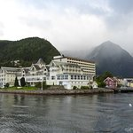 Vanaf het water zie je het oude en nieuwe gedeelte van het hotel.