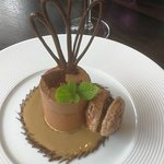 Chocolatine ,coulis caramel et sa garniture