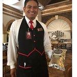 Pedro, mesero, mostrando el café rico que utilizan en el restaurante