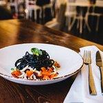 Tagliolini al nero di seppia saltati con calamari pomodorini e zucchine