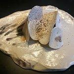 Under ett täcke av finhyvlad champinjon döljs en delikat grillad tupp på en svampmousse.