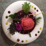 gaspacho à la betterave à l'hibiscus, sorbet framboise sans sucre