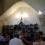 vue sur la cave à vin dans le restaurant