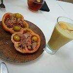 Entrantes: Tomate relleno de atún y olivas; Sorbete de calabacín con bola crujiente de queso cab