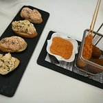 Entrantes: Canapés de mousse de escalibada y foie; Croquetas ceps y brocheta langostino salsa ro