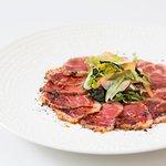 Tataki de bife de chorizo con ensalada de algas