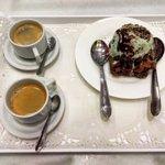 Brownie com sorvete e café expresso