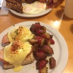 let I let the chow down begin with an absolutely yumilicious eggs benny.