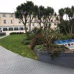 Vues de l'hôtel et de son parc avec la piscine