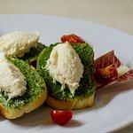 Baccalà mantecato su crostini al Pesto
