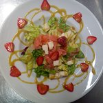 ensalada de salmón con fresas, mmmmm!!! riquisima!