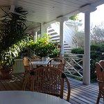 Salle coloniale pour le petit dejeuner en terrasse l ete.