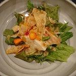 パリパリの食感のある豆腐サラダ