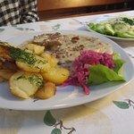 Polędwiczki w sosie kurkowym z mizerią i smażonymi ziemniakami