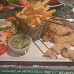 lambi grillé sauce créole accompagné de frites et salade