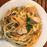 Lachsnudeln, griechischer Salat und Calamari 😋😋😋